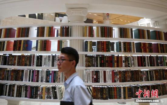 """6月15日,一座以""""阅读时代""""为主题的""""交换图书馆""""落户南京并对公众开放。泱波 摄"""