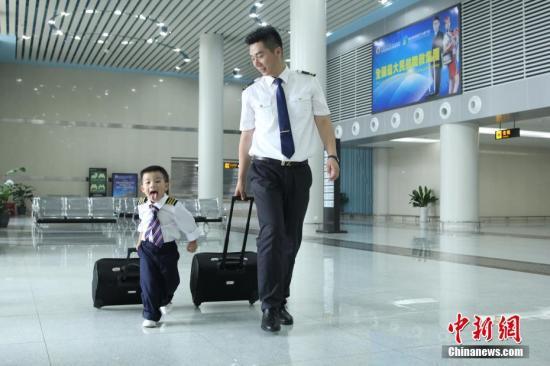资料图为空少爸爸带孩子体验空乘工作。毛成山 摄