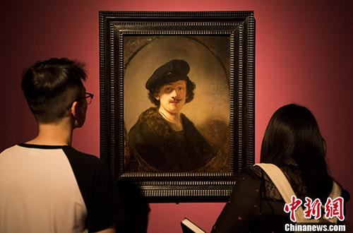资料图:公众在参观荷兰画家伦勃朗1634年所作的自画像。 中新社记者 侯宇 摄