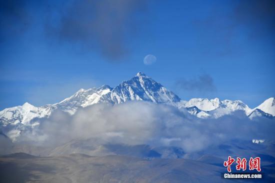 材料图:珠峰被皑皑黑雪笼盖。张浪 摄