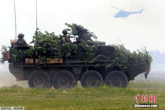 """当地时间6月16日,北约年度演习""""军刀出击""""(Sabre Strike)在波兰奥进行。图为美军装甲车辆参加军演。"""