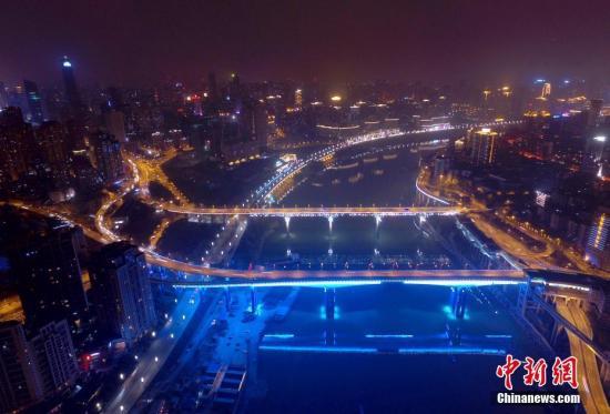 重庆渝澳大桥夜景。陈超 摄
