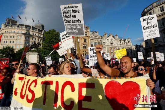 当地时间6月16日,英国警方证实,伦敦西区高层公寓楼火灾已经造成至少30人死亡。愤怒的民众走上街头游行,冲击市政厅讨要说法。