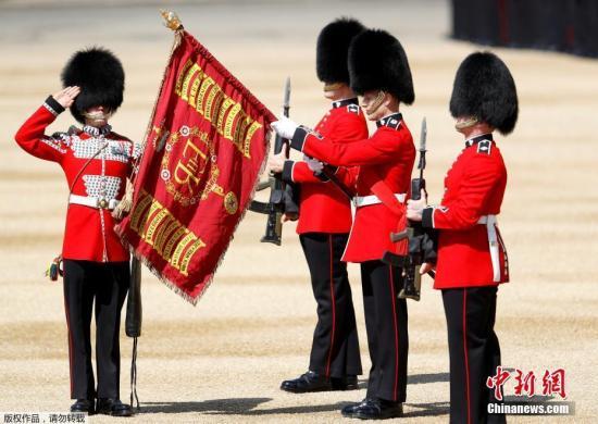 当地时间6月17日,英国伦敦举行盛大皇家阅兵仪式,庆祝英女王伊丽莎白二世91岁的官方生日。图为英国皇家卫队士兵进行宣誓仪式。