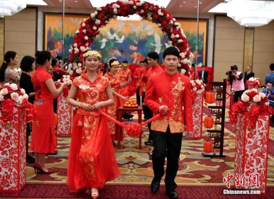 资料图:集体婚礼现场。 王东明 摄