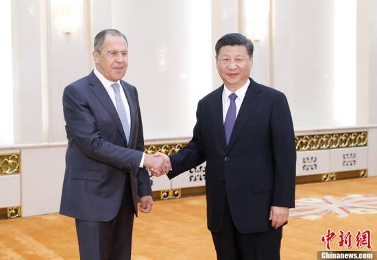 6月19日,中国国家主席习近平在北京人民大会堂集体会见来华出席金砖国家外长会晤的俄罗斯外长拉夫罗夫、南非外长马沙巴内、巴西外长努内斯、印度外交国务部长辛格。图为习近平主席与俄罗斯外长拉夫罗夫握手。<a target='_blank' href='http://www.chinanews.com/'>中新社</a>记者 杜洋 摄