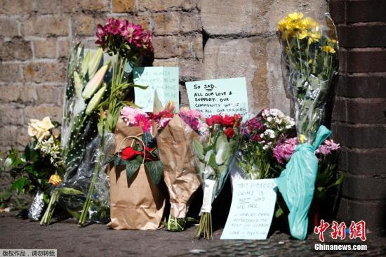 当地时间6月19日,英国伦敦民众献花悼念伦敦货车撞人事件遇难者。英国警方表示,19日凌晨发生在伦敦北部芬斯伯里公园清真寺附近的货车冲撞行人事件已造成1人死亡、10人受伤。一名48岁男子在事件中被捕。