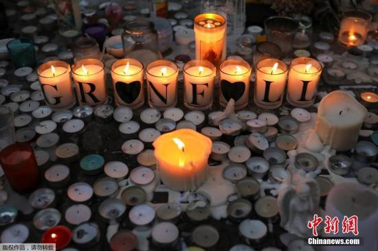 当地时间2017年6月18日,英国伦敦,民众持续悼念伦敦大火遇难者。
