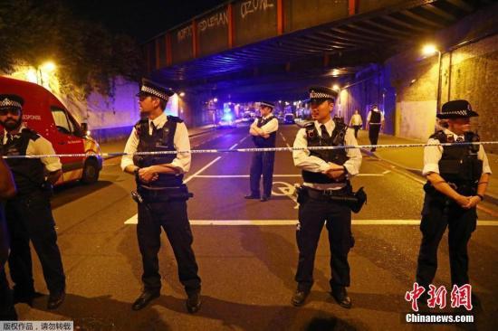 据英国警方在一份声明中说,现场有许多伤亡人员正在等待救治,有一个人被捕,事件详情目前仍在进一步调查。