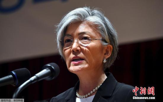 本月18日,韩国总统文在寅任命现年62岁的前联合国秘书长特别助理康京和出任韩外交部长,这是首次有女性出任该职位。此前,韩国国会没有通过康京和的人事听证报告,文在寅请求国会17日前通过,但国会未予回应。18日下午二时,文在寅依法任命康京和为外长。