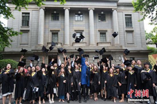 资料图:大学生庆祝毕业。<a target=