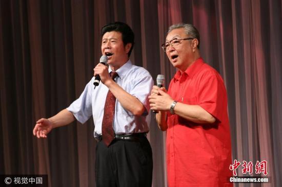 1985年开始与姜昆合作,表演的《虎口遐想》、《电梯奇遇》、《学唱歌》、《着急》、《重大新闻》等,反响强烈。曾连续参加中央电视台春节联欢晚会的演出,并多次担任大型文艺晚会的主持人。(资料图)图片来源:视觉中国