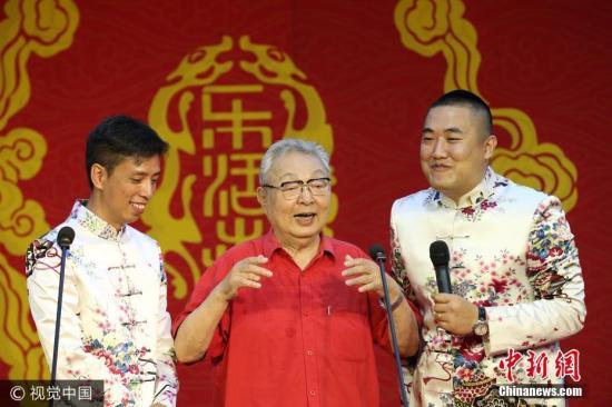 我国著名相声表演艺术家唐杰忠先生于6月18日晚不幸逝世,享年85岁。唐杰忠曾表演过《虎口遐想》等著名作品。(资料图)图片来源:视觉中国