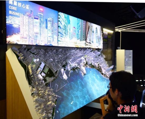 """6月19日,庆祝香港回归祖国二十周年《印象∞香港》展览开幕典礼在香港举行。本次展览分为""""宜・居""""、""""展・望""""、""""艺・文""""、及""""乐・游""""四个展区,展示香港过去二十年在城市规划和基础设施发展上取得的成果,以及香港城市发展的设想。展览由六月二十日至十一月三十日在展城馆举行。图为""""展・望""""展区。<a target='_blank' href='http://www.chinanews.com/'>中新社</a>记者 徐冬冬 摄"""