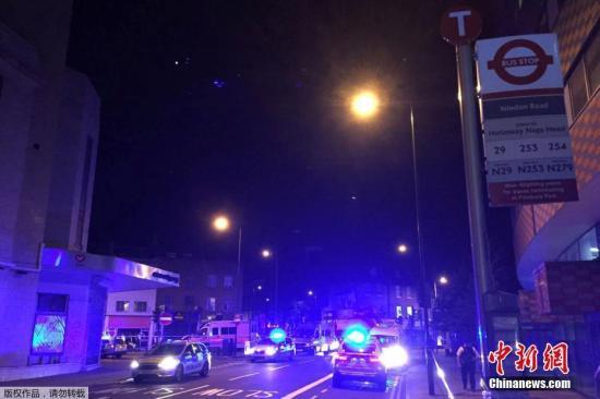 据报道,事发地点接近芬斯伯里公园车站及附近一处清真寺。许多人目前正在现场进行紧急处理。图为伦敦警方在芬斯伯里公园附近巡查。