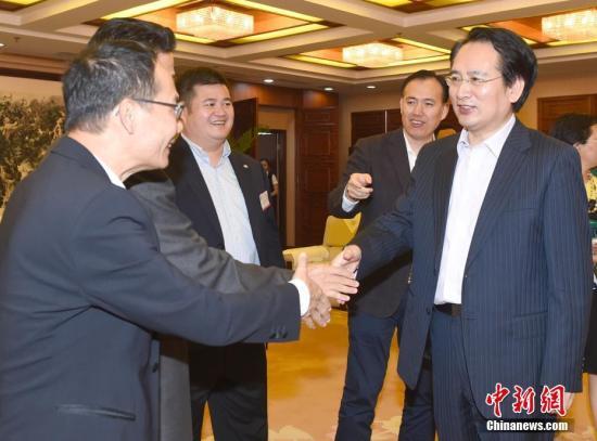 6月20日,国务院侨办副主任谭天星在北京会见加拿大温哥华潮州同乡会冯汝洁会长一行。中新社记者 张勤 摄