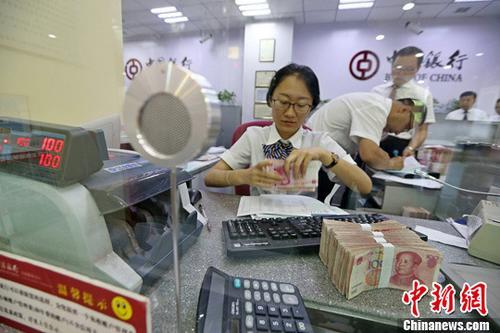 资料图:山西太原一银行工作人员清点货币。中新社记者 张云 摄