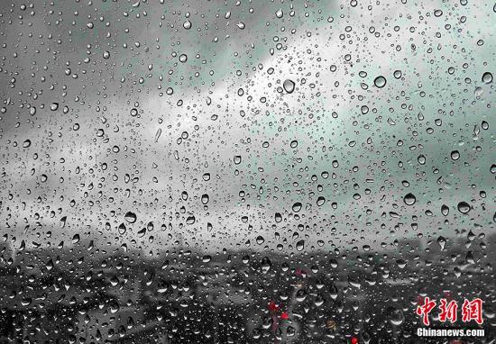 """夏至前后,也是夏季雨水最为充沛的时节。暴晒后的一场场雨水将高温和灰尘都冲刷干净,呈现出夏季独有的饱满新奇的景色。诗人徐书信《在暑雨》一诗中,对夏日雷雨天气进行了恰如其分的描述:""""夏日熏风暑坐台,蛙鸣蝉噪袭尘埃。�i天霹雳金锣响,冷雨如钱扑面来。""""图为2016年6月14日,福建省龙岩市上杭县上空黑云压城,下起大雨。当日,福建省气象台继续发布暴雨蓝色信号,福建省防指启动了防暴雨Ⅳ级响应。 张斌 摄"""