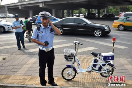 资料图:北京交管部门进行路口秩序环境综合治理工作。 <a target='_blank' href='http://www.chinanews.com/' >中新网</a>记者 金硕 摄