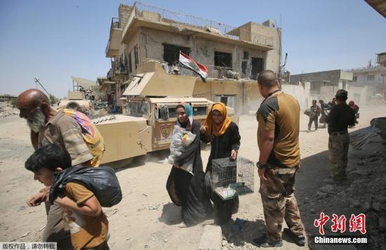 资料图:伊拉克政府军继续向极端组织在摩苏尔最后的据点发动进攻,平民撤离。