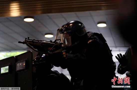 本地工夫6月21日,日本东京,日本差人穿戴防护服参与防恐练习。本次练习正在日本银止总部年夜厦停止,一位须眉伪装照顾枪枝战火药筹办打击日本银止。
