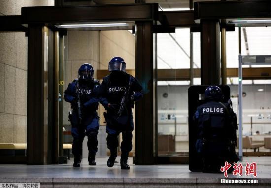 当地时间6月21日,日本东京,日本警察穿着防护服参加防恐演习。本次演习在日本银行总部大厦进行,一名男子假装携带枪支和炸药准备袭击日本银行。