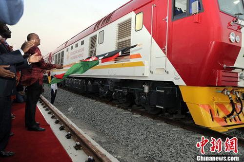 资料图:由中国企业承建的肯尼亚港口城市蒙巴萨至首都内罗毕的蒙内铁路成功开通。<a target='_blank' href='http://www.chinanews.com/'>中新社</a>记者 宋方灿 摄