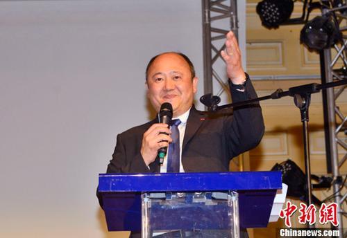 """当地时间6月18日晚,法国议会选举第二轮投票结束,巴黎市议员、巴黎十三区副区长陈文雄在巴黎第九选区胜选,成为法国本土首位华裔国民议会议员。根据法国内政部18日夜间公布的计票结果,作为总统马克龙阵营的""""共和国前进""""运动的候选人,陈文雄在巴黎第九选区共赢得16669张支持票,以55.26%的得票率战胜对手,成功当选国民议会议员。图为陈文雄在巴黎十三区区政府发表胜选演讲。中新社记者 龙剑武 摄"""