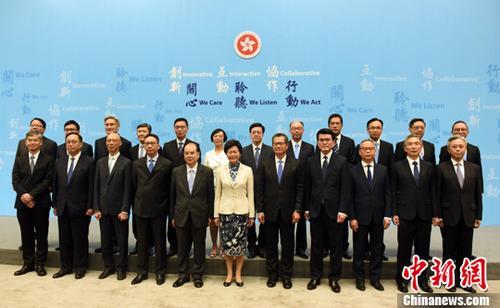 6月21日下午,林郑月娥(中)率领新一届政府21位主要官员在政府总部举行记者会。<a target='_blank' href='http://www.chinanews.com/'>中新社</a>记者 谭达明 摄