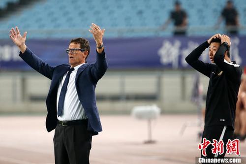 图为卡佩罗(左一)在场边指导球员。<a target='_blank' href='http://www-chinanews-com.cc2020.cc/'>中新社</a>记者 泱波 摄