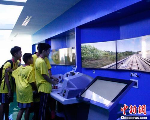 """美国华裔青少年寻根广西""""开""""高铁感受中国速度"""