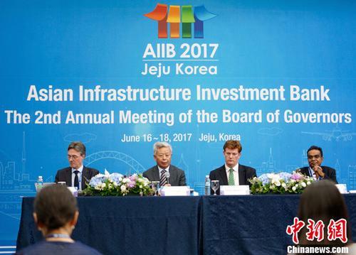 资料图:亚洲基础设施投资银行(亚投行)方面在韩国济州举行新闻发布会。亚投行行长金立群(图中)介绍亚投行第二届理事会年会主要成果并回答记者提问。中新社记者 吴旭 摄