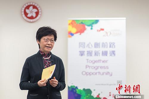 """身着中国传统旗袍、外披深色外套,60岁的林郑月娥近日在香港特别行政区候任行政长官办公室接受中央媒体联访时表示:""""我觉得在国家发展的大前提下,香港的前景是非常好的。未来5年希望用我过去作为官员的经验跟个人在选举时提出的理念,让香港成为我们国家一个非常有朝气的特别行政区。"""" 中新社记者 崔楠 摄"""