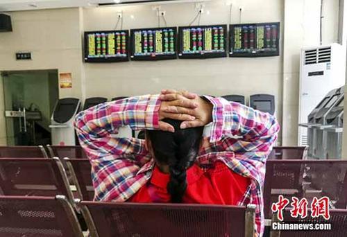 6月20日,海口某证券公司营业部的股民关注股市动态。截至当日收盘,沪指报3140.01点,跌幅0.14%;深指报10288.53点,涨幅0.25%;创业板指报1820.98点,涨幅0.25%。 中新社记者 骆云飞 摄
