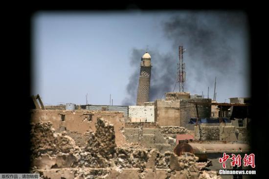 资料图:2017年6月1日拍摄的摩苏尔努里清真寺的宣礼塔。