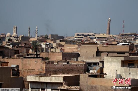 """2014年7月,""""伊斯兰国""""头目阿布・贝克尔・巴格达迪在该清真寺宣布成立""""伊斯兰国""""建国,并宣布自己为哈里发(领导人)。如今,极端组织将努里清真寺炸毁。伊拉克总理阿巴迪表示,摧毁清真寺的行为,是""""伊斯兰国""""是承认失败的""""官方声明""""。图为2017年3月24日拍摄的努里清真寺的宣礼塔。"""