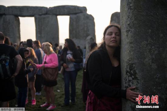 当地时间6月21日,英国索尔兹伯里市,民众聚集史前巨石阵庆祝夏至日到来。