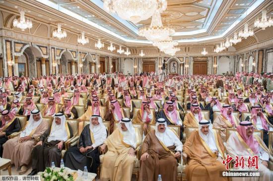 当地时间2017年6月21日,沙特阿拉伯麦加,新王储穆罕默德?本?萨勒曼在麦加举行宣誓效忠的就职仪式。 当日,沙特国王萨勒曼宣布,废黜现年57岁的王储穆罕默德?本?纳伊夫,另立其子穆罕默德?本?萨勒曼为新任王储,他还兼任沙特副首相及国防部长职务。图为就职仪式现场。
