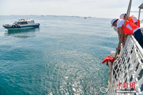 资料图片:海事工作人员将模拟落水失踪渔民成功救起。 骆云飞 摄