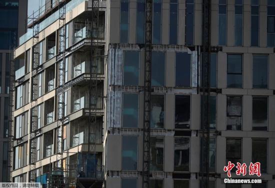 这些公寓房间很大,还有阳台,能够俯瞰伦敦全景。该居民区配备游泳池、桑拿房、电影院以及健身房,但暂时无法确定火灾灾民能否享有使用权。图为位于肯辛顿的高级公寓。