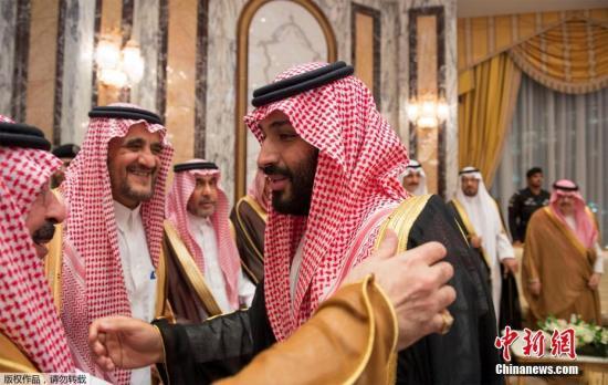 同时,他的儿子、时任国防大臣的穆罕默德?本?萨勒曼被任命为副王储、第二副首相、国防大臣兼国家经济和发展委员会主席。图为穆罕默德?本?萨勒曼(中)在就职仪式上。