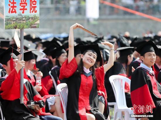 资料图:武汉大学毕业典礼场面壮观。中新社记者 张畅 摄