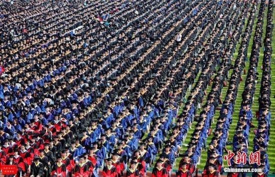 体测成绩将影响大学本科生顺利毕业。(资料图:图为2016年武汉大毕业典礼现场。/p中新社记者 张畅 摄)