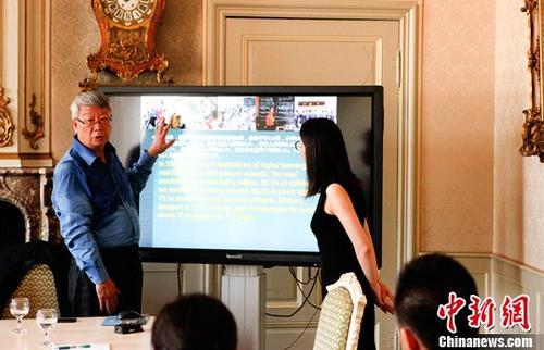 6月22日,中国藏文化交流团在比利时列日省惠市举行中国西藏地区民族宗教政策、藏族文化、西藏生态保护宣讲会,并与数十名比利时各界人士就有关西藏的历史、社会文化及经济发展等话题进行探讨和交流。图为中国社会科学院学部委员、研究员郝时远(左)在介绍过程中。中新社记者 沈晨 摄