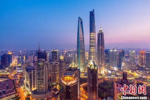 根据世界高层建筑与都市人居学会(CTBUH)研究报告显示,在2016年拔地而起的128座摩天大楼(高度超过200米或656英尺)中,有84座来自中国。在过去的5年里,中国几乎每年都会在这个榜单中占据头名。资料图为2016年3月12日,632米的上海中心大厦建筑总体正式全部完工。<a target='_blank' href='http://www.chinanews.com/'>中新社</a>记者 申海 摄