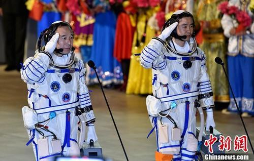 """2016年中国航天发射次数首次跃居世界首位。五年来,中国已突破掌握载人天地往返、空间出舱、空间交会对接、组合体运行、航天员中期驻留等载人航天领域重大技术。随着空间实验室阶段的飞行任务目标全面完成,中国载人航天工程全面迈入""""空间站时代""""。图为神舟十一号航天员出征仪式上航天员景海鹏(左)、陈冬向总指挥报告。(资料图片)中新社记者 宿东 摄"""