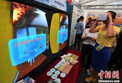 资料图:云南省、市安监局等部门在昆明市南屏步行街开展安全生产咨询日活动。记者 李进红 摄