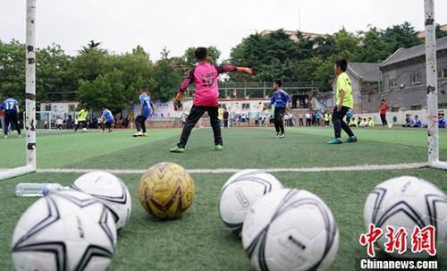 资料图:眼下国内各地校园足球发展势头较好。 <a target='_blank' href='http://www.yongnian.com/'>永年信息社</a>记者 毛建军 摄