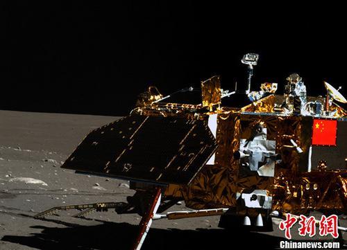 """2016年中国航天发射次数首次跃居世界首位。五年来,中国已突破掌握载人天地往返、空间出舱、空间交会对接、组合体运行、航天员中期驻留等载人航天领域重大技术。随着空间实验室阶段的飞行任务目标全面完成,中国载人航天工程全面迈入""""空间站时代""""。资料图为嫦娥三号着陆器及月面彩色图像。(国防科工局供图)中新社记者 钟欣 摄"""