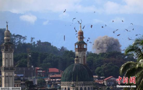 """战斗迄今仍在持续中,已达1个月,9成居民逃离家园,300多人死亡,市区满目疮痍。据当地人描述,武装冲突折磨下的棉兰老岛现在是一个""""鬼城"""",只有少数民众留下来了,马拉维的大片地区特别是市中心的商业区,都被轰炸""""毁灭""""了。"""